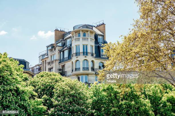 city apartments in paris, france - facade stock pictures, royalty-free photos & images