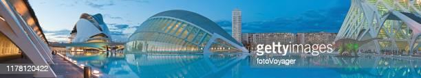 ciudad artes ciencias futuristas museos salas de conciertos panorama valencia españa - valencia fotografías e imágenes de stock