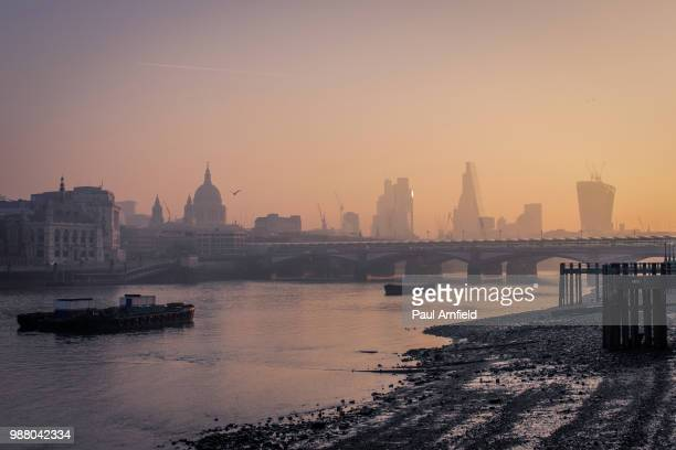 city at foggy dawn, london, england, uk - fluss themse stock-fotos und bilder