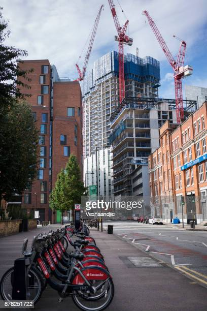 city bikes in london - barclays cycle hire stock pictures, royalty-free photos & images