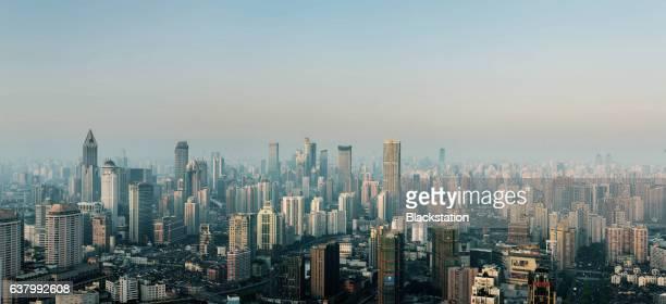 city buildings in the smog - desastre ecológico - fotografias e filmes do acervo