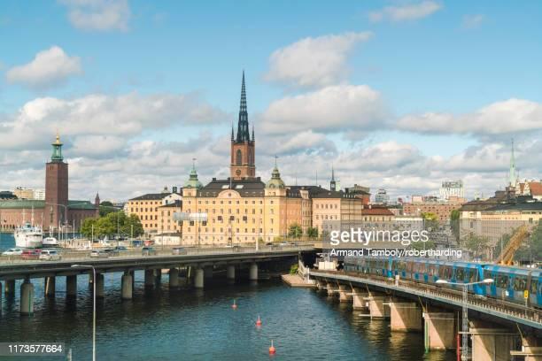 city center of stockholm with ridarholmenkirke, stockholm, sweden, scandinavia, europe - iglesia de riddarholmen fotografías e imágenes de stock