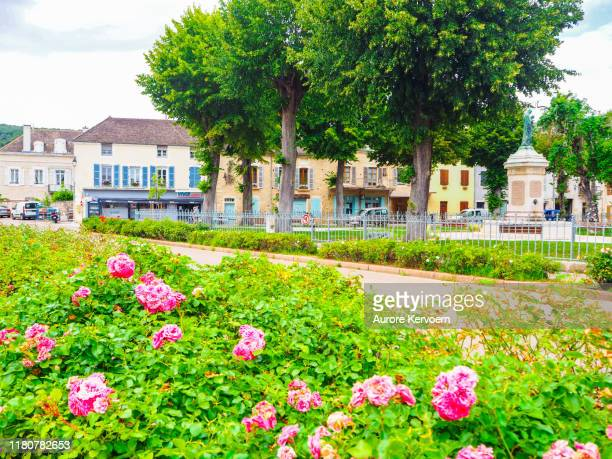 ブルゴーニュのルリー村の市内中心部, フランス - シャロンシュルソーヌ ストックフォトと画像
