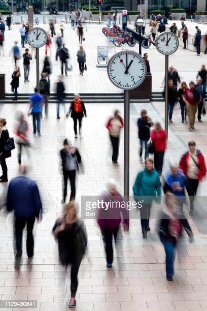 city commuters, blurred motion, canary wharf financial district, london, england - isle of dogs london stock pictures, royalty-free photos & images