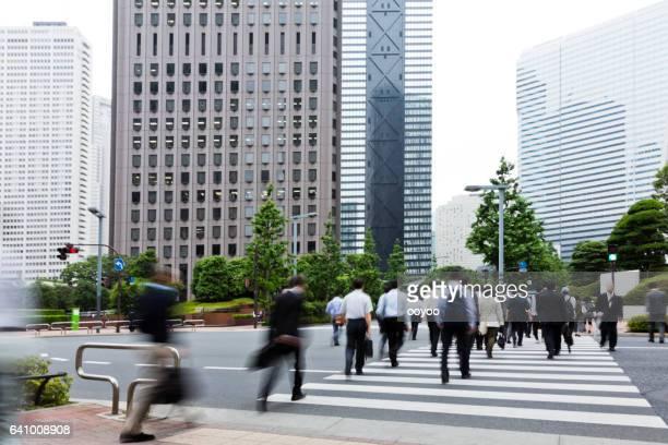 朝事務所ビルに向かって歩いて市内通勤者
