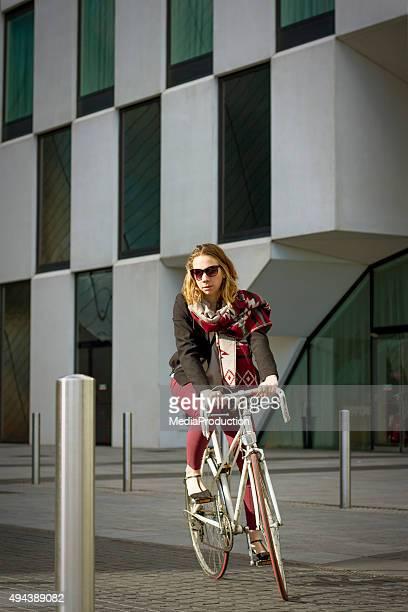 街の通勤自転車には、オフィスビルの infront og