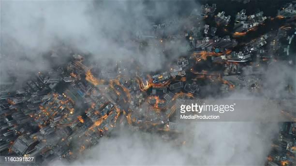 city directly down above clouds - inquadratura da un aereo foto e immagini stock