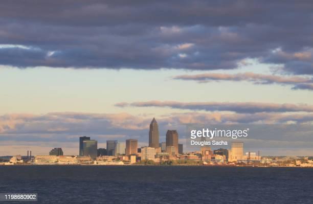 city downtown skyline on the shore - cleveland ohio stock-fotos und bilder