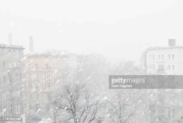 city during snowfall against clear sky - nevasca - fotografias e filmes do acervo