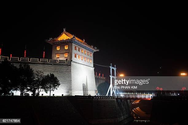 city gate at night, xian, shaanxi, china - stadttor stock-fotos und bilder