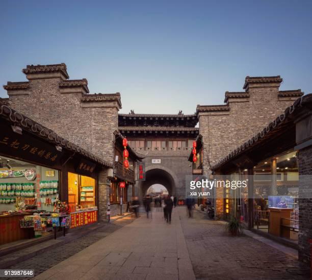 city gate in yangzhou's old city,china - yangzhou foto e immagini stock