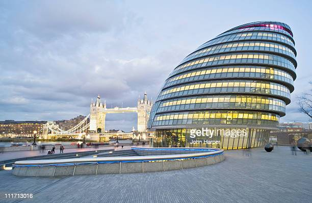 city hall, dusk, london - guildhall london stock pictures, royalty-free photos & images