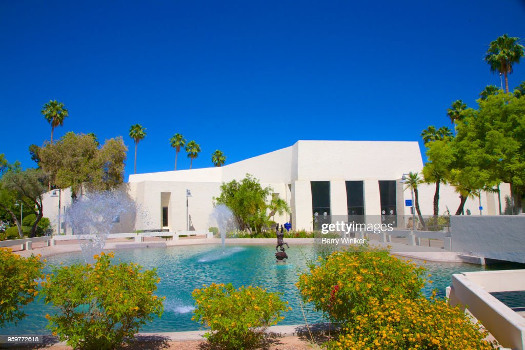 City hall near pond surrounded by shrubs and trees, Scottsdale, AZ : Stock-Foto