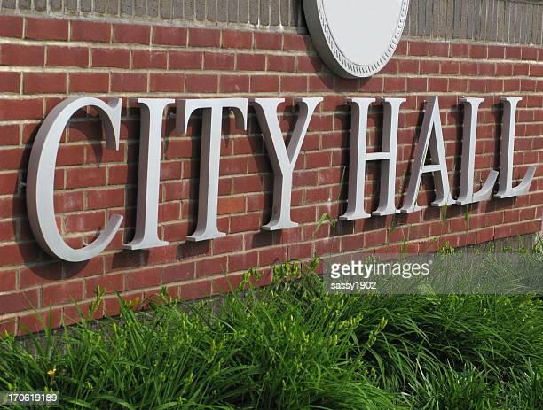 市庁舎サインのレンガの壁のクローズアップ