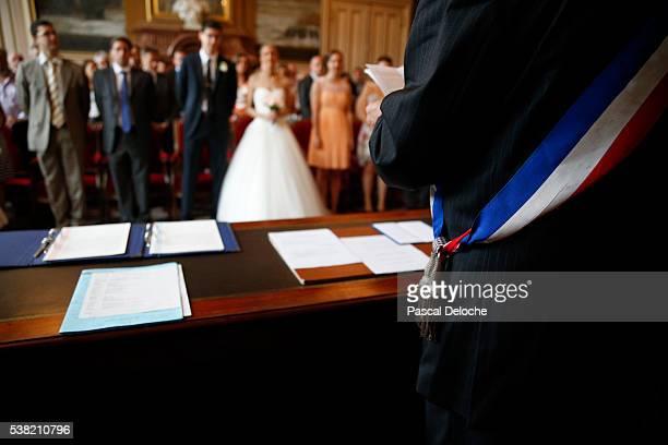 city hall wedding - maire photos et images de collection