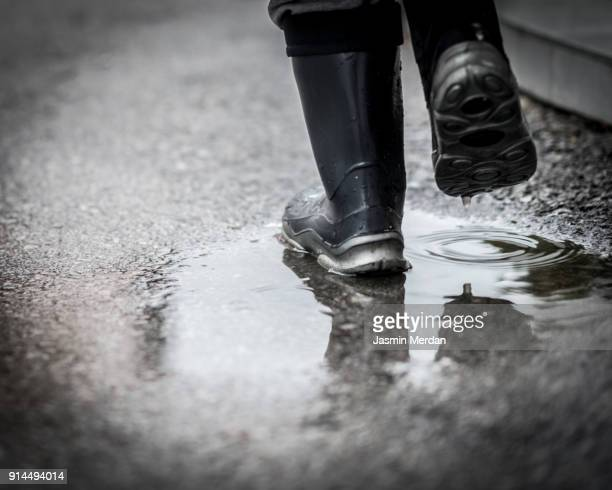 city in the rain - dirty feet stock pictures, royalty-free photos & images