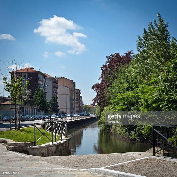 paesaggio urbano con canal, naviglio di milano, italia - navigli milano foto e immagini stock
