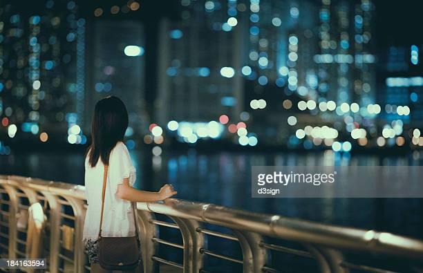 city life at night - chica morena de espaldas fotografías e imágenes de stock