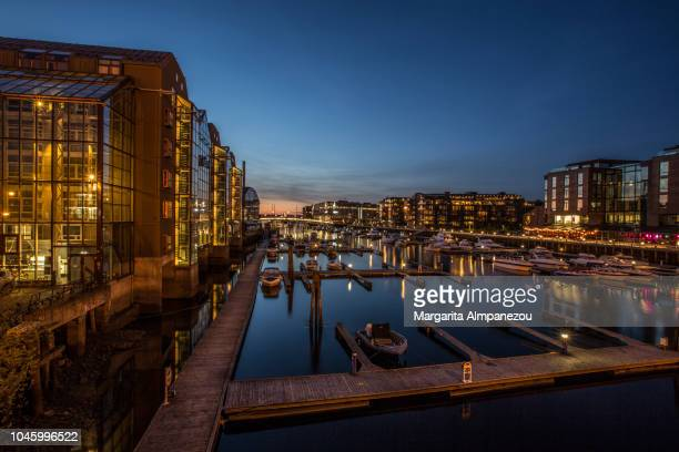 city lights across river nidelva in trondheim - trondheim fotografías e imágenes de stock