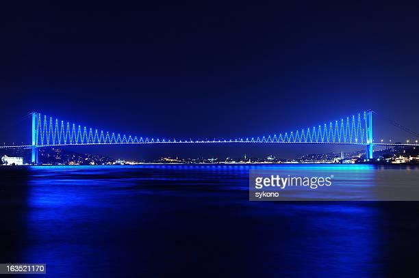 Lichter der Stadt und Brücke in Istanbul, Türkei