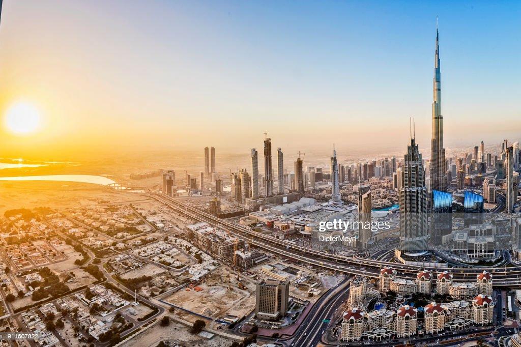 Lichter der Stadt in Dubai bei Sonnenaufgang : Stock-Foto