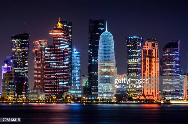 city lit up at night - doha stockfoto's en -beelden