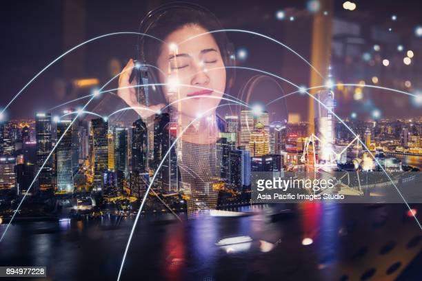 都市ネットワークと若い女性の音楽を聴く