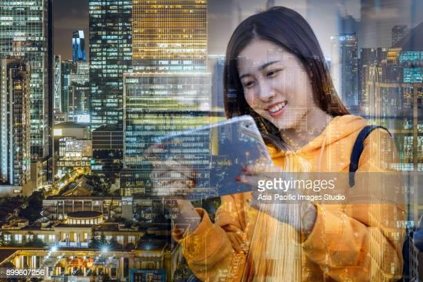 2017 デジタル タブレットを使用して都市ネットワークと若い女性
