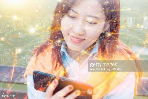 都市のネットワークとを使用して若い女性のスマート フォン