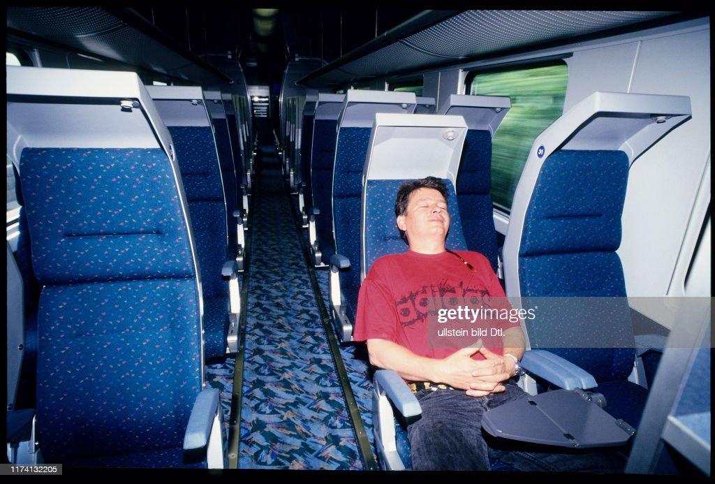 City Night Line 1995: Bahnreisender beim Schlafen : ニュース写真