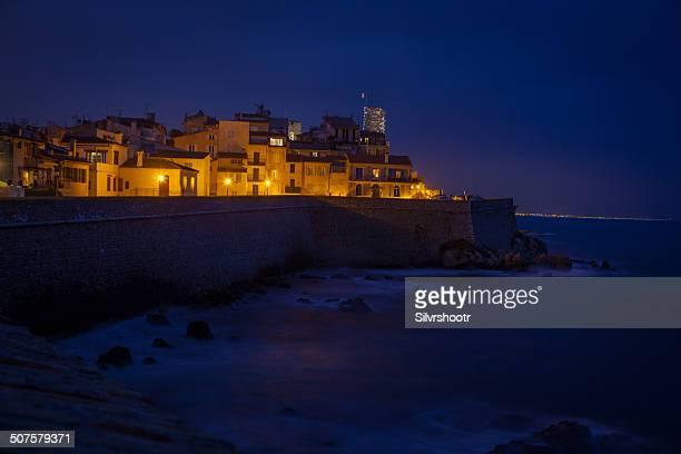 Ville d'Antibes, France dans la nuit.