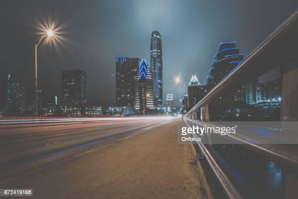 テキサス州オースティンの市議会の通り夜