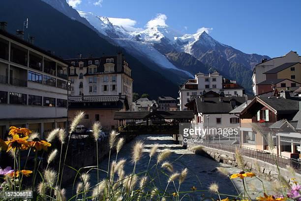 Ciudad de Chamonix y flores de verano, Francia