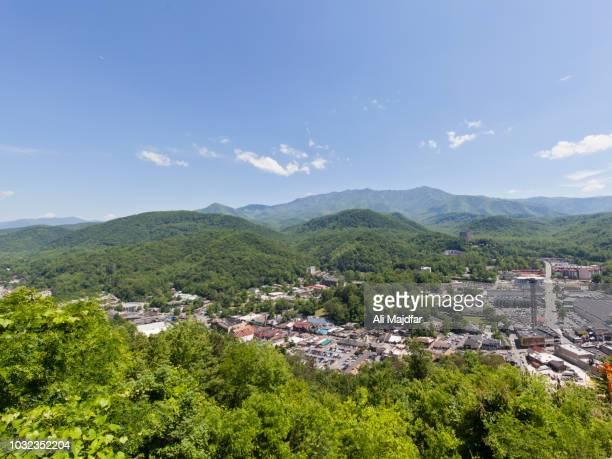 city of gatlinburg view - tennessee stockfoto's en -beelden