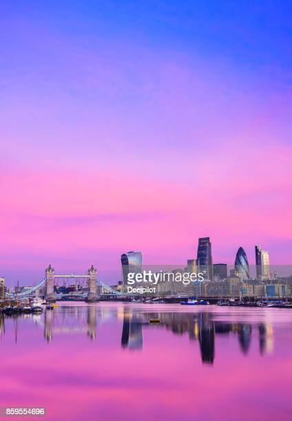 city of london downtown skyline and river thames with glowing sunset, united kingdom - londres inglaterra imagens e fotografias de stock