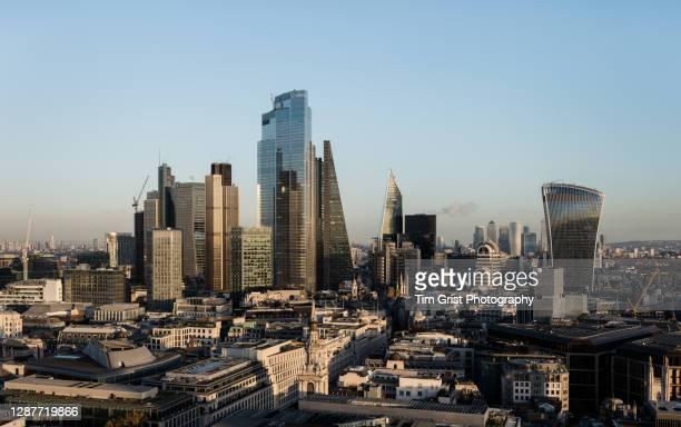 city of london skyline - londen stadgebied stockfoto's en -beelden