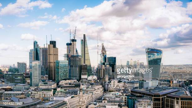 city of london - the uk's financial hub - orizzonte urbano foto e immagini stock