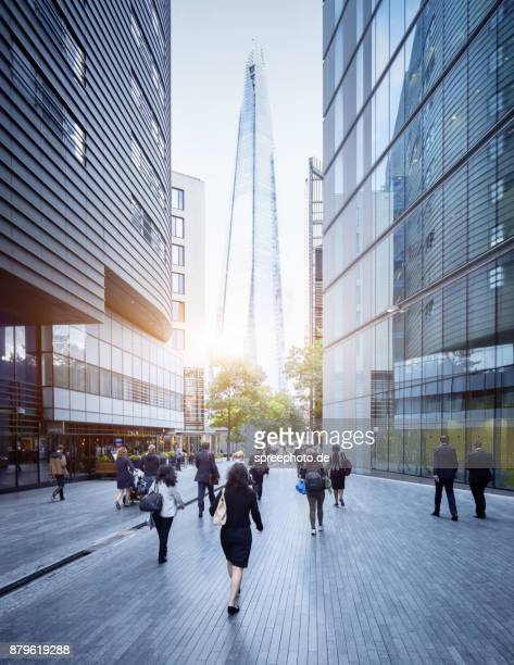 city of london, uk, the shard, workers walking to work - bankenviertel stock-fotos und bilder