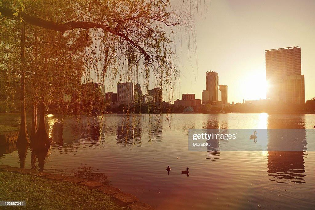 City of Orlando bei Sonnenaufgang, Lake Eola, Florida, USA : Stock-Foto