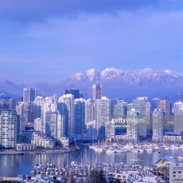 city of vancouver in canada - montanhas north shore imagens e fotografias de stock