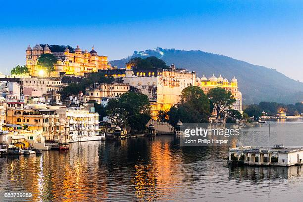 city palace and lake pichola, udaipur, rajasthan, india - udaipur stock pictures, royalty-free photos & images