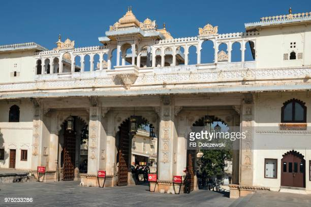 city palace, maharaja palace, gatehouse, entrance, udaipur, rajasthan, india - udaipur stock pictures, royalty-free photos & images