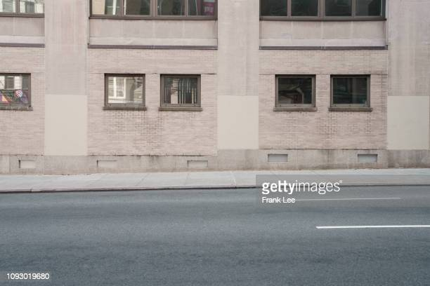 city road at morning,nyc - stadsstraat stockfoto's en -beelden