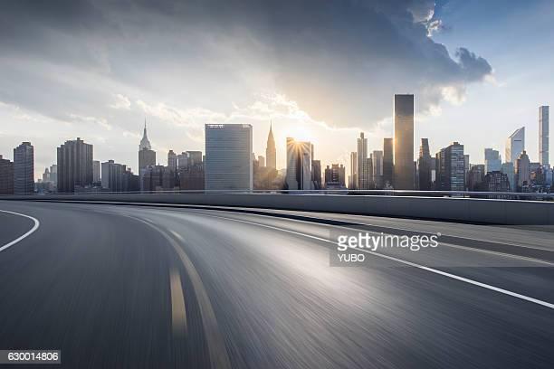 city road - städtischer verkehrsweg stock-fotos und bilder