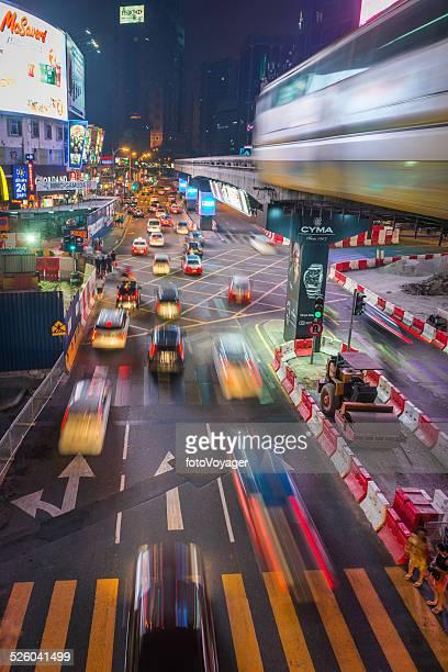 Ville futuriste heures de pointe du trafic de nuit néon de Kuala Lumpur, Malaisie