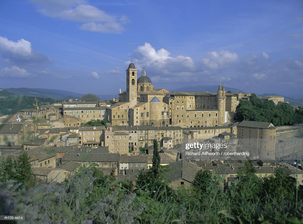 City seen from north with Cathedral left and Palazzo Ducale right, Urbino, Marche, Italy, Europe : Foto de stock