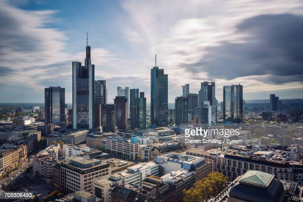 city skyline against cloudy sky - bankenviertel stock-fotos und bilder