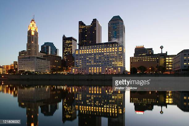 city skyline along scioto river - オハイオ州コロンバス ストックフォトと画像