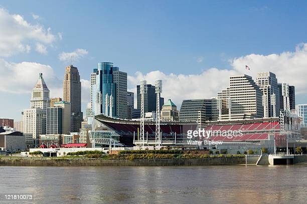 city skyline along the ohio river - cincinnati stock pictures, royalty-free photos & images