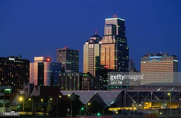 city skyline at night. - kansas city missouri stock pictures, royalty-free photos & images